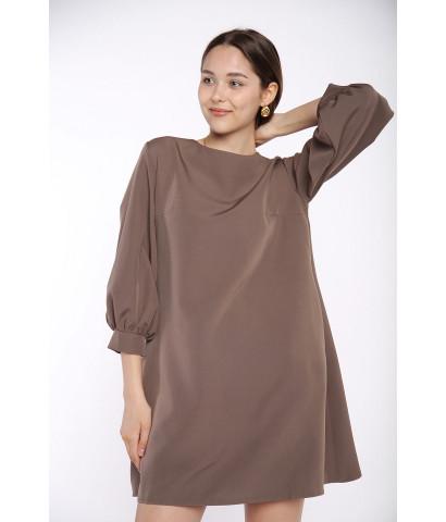 Платье прямого кроя с рукавами волан, на спине завязка