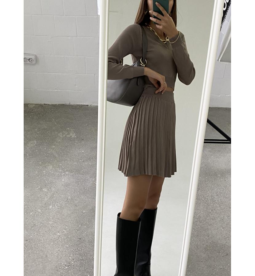 Костюм юбка плиссированная и укороченный топ с V- образным вырезом