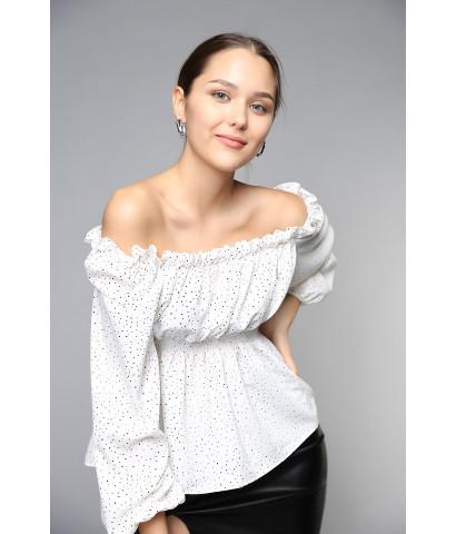 Блуза с открытыми плечами, в мелкий горох и воланами