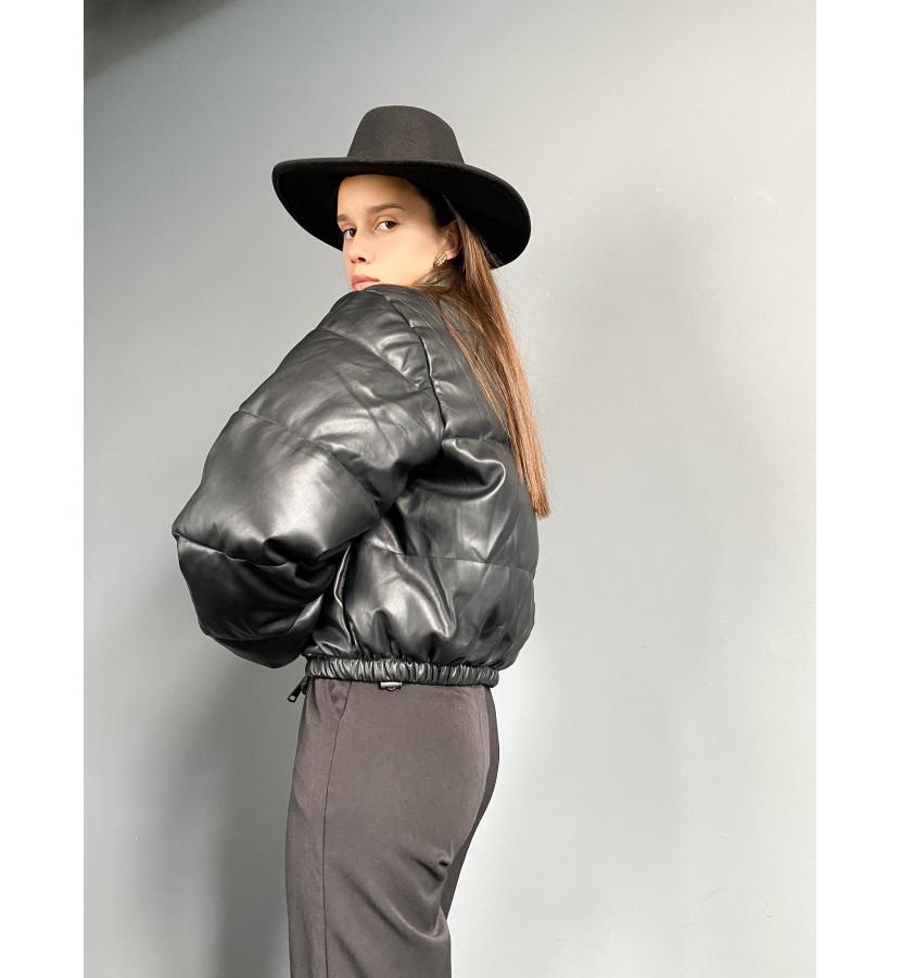 Куртка из эко-кожи укороченная на заклепках